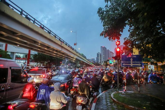 CLIP: Nhiều người chôn chân giữa phố Hà Nội sau giông lốc mạnh - Ảnh 8.