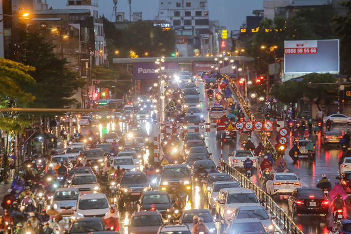 CLIP: Nhiều người chôn chân giữa phố Hà Nội sau giông lốc mạnh - Ảnh 10.