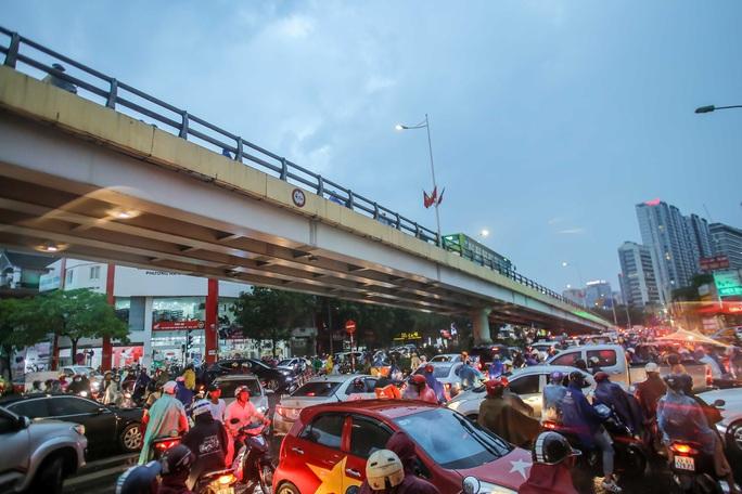 CLIP: Nhiều người chôn chân giữa phố Hà Nội sau giông lốc mạnh - Ảnh 13.