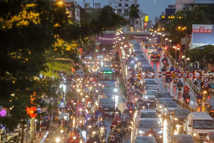 CLIP: Nhiều người chôn chân giữa phố Hà Nội sau giông lốc mạnh - Ảnh 15.