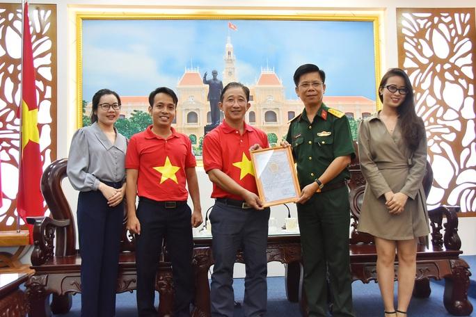 Tặng ngư dân huyện Cần Giờ 2.000 lá cờ Tổ quốc - Ảnh 2.