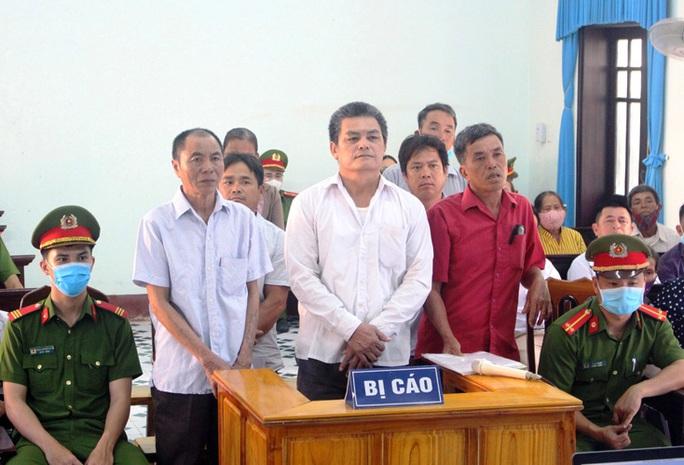 Quảng Bình: Tự ý xông vào trụ sở  đại náo kỳ họp HĐND xã, 7 người lĩnh án tù - Ảnh 1.