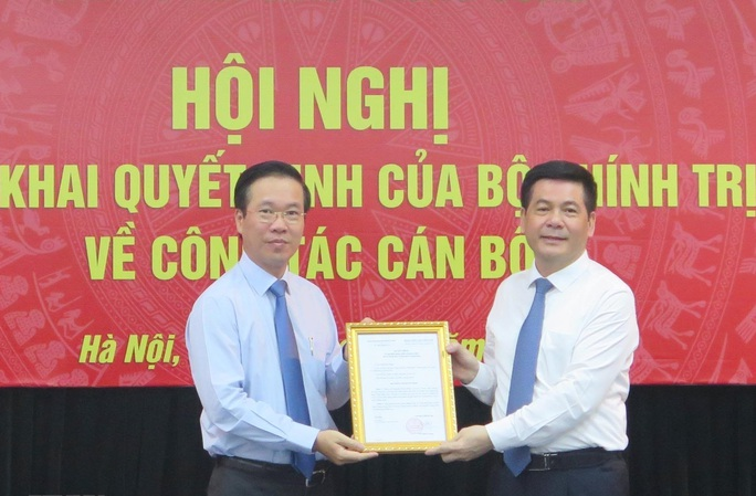 Ông Võ Văn Thưởng trao quyết định của Bộ Chính trị về công tác cán bộ - Ảnh 1.