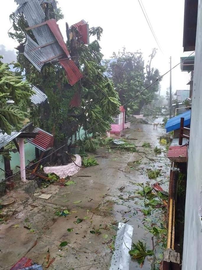 Bão mạnh tấn công Philippines, hàng chục ngàn người vừa chạy vừa lo Covid-19 - Ảnh 5.