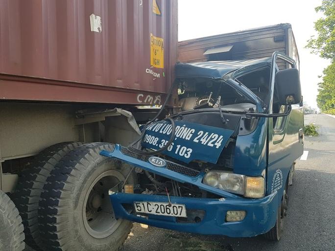 VIDEO: Xe tải lao thẳng vào đuôi container ở TP HCM - Ảnh 3.