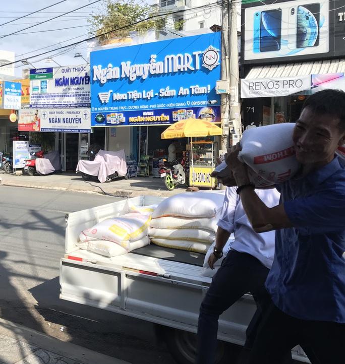 LĐLĐ huyện Phú Quốc quyên góp hơn 40 tấn gạo cho thùng gạo thiện nguyện - Ảnh 3.