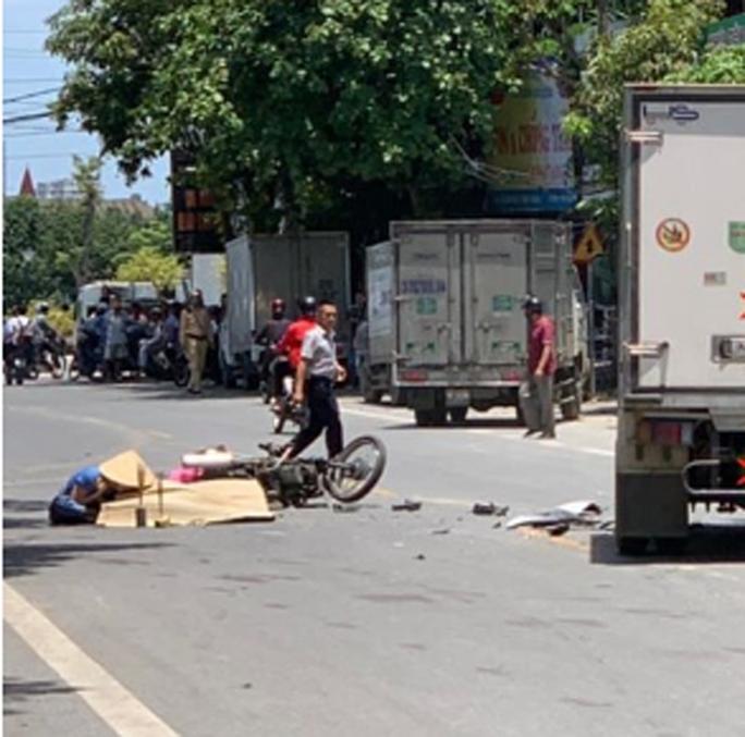 Va chạm xe tải, nam nhân viên ngân hàng đi xe máy tử vong - Ảnh 1.