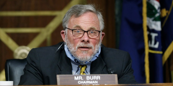 Bị FBI tịch thu điện thoại, Chủ tịch Ủy ban Tình báo Thượng viện Mỹ từ chức - Ảnh 1.