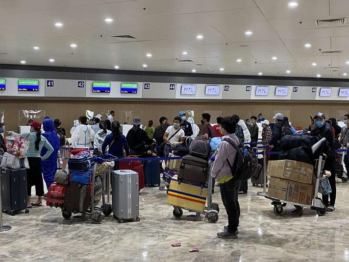 Chuyến bay đưa gần 200 người Việt từ Philippines về hạ cánh tại Cần Thơ - Ảnh 1.