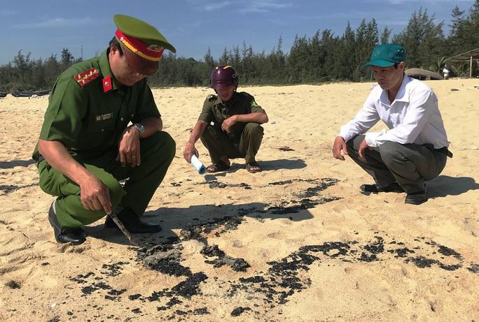 Hơn 1 km bờ biển Quảng Ngãi xuất hiện chất lạ - Ảnh 1.