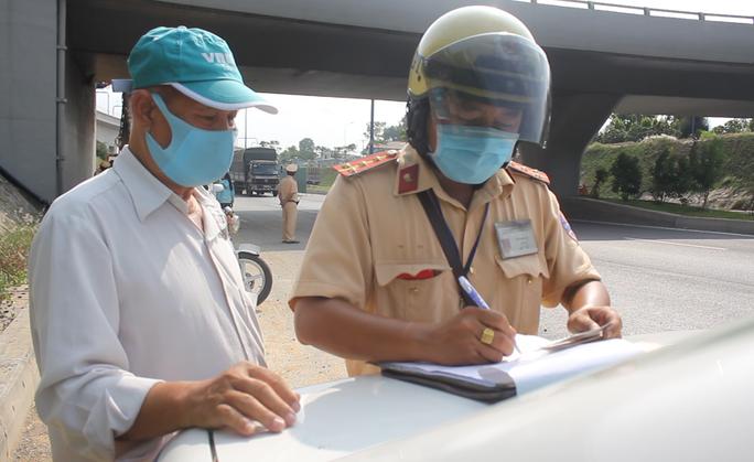 TP HCM: Nhiều chủ phương tiện bị xử lý trong ngày đầu tổng kiểm tra - Ảnh 2.