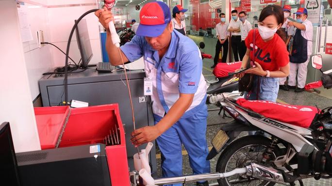 Người dân TP HCM được kiểm tra khí thải xe máy miễn phí - Ảnh 4.