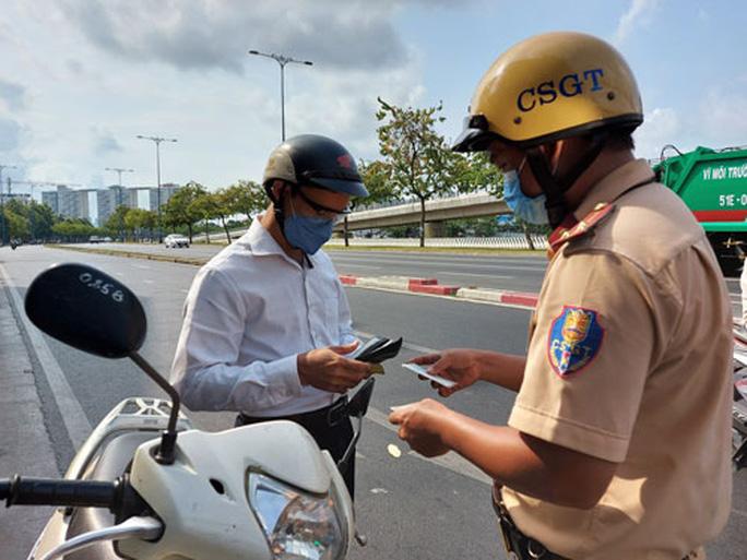 CSGT tổng kiểm tra phương tiện đường bộ: Làm nóng lại Nghị định 100 - Ảnh 1.