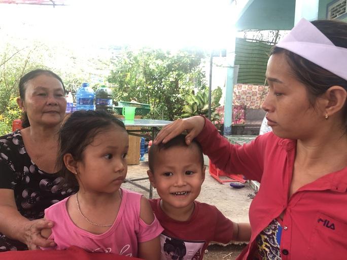Sập tường khiến 10 người chết ở Đồng Nai: Chìm trong tang tóc - Ảnh 1.