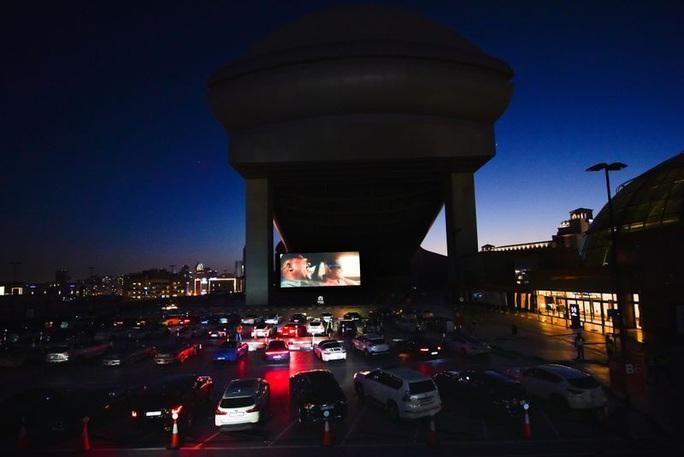 Lái ô tô lên nóc nhà xem phim thời Covid-19 - Ảnh 3.