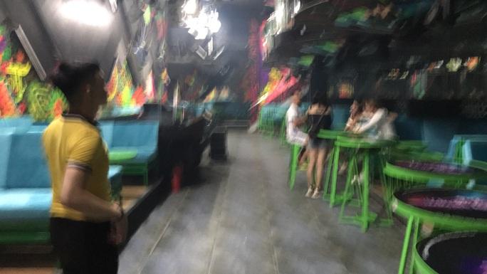 Đà Nẵng: Bất chấp lệnh cấm, quán bar vẫn mở cửa hoạt động cạnh trụ sở Công an phường - Ảnh 4.