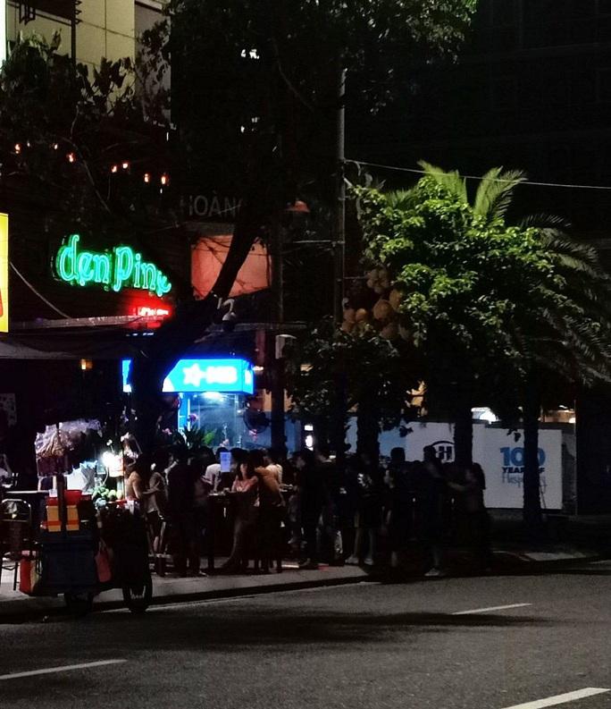 Đà Nẵng: Bất chấp lệnh cấm, quán bar vẫn mở cửa hoạt động cạnh trụ sở Công an phường - Ảnh 5.