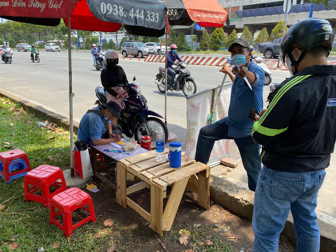 CSGT phạt rát, nhiều người đổ xô mua bảo hiểm xe máy - Ảnh 4.