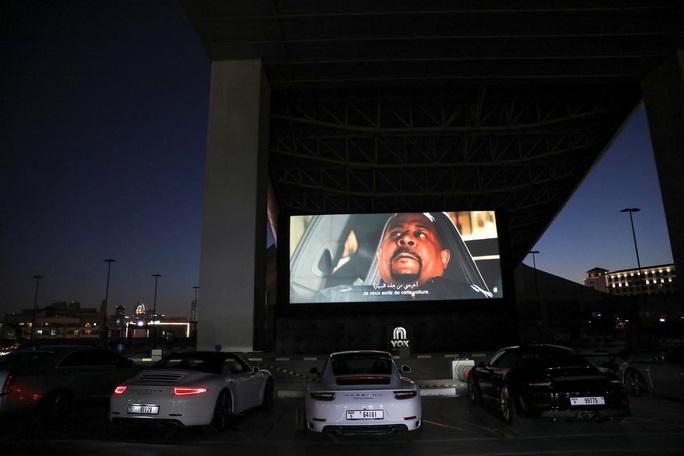 Lái ô tô lên nóc nhà xem phim thời Covid-19 - Ảnh 2.