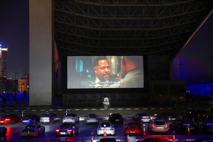 Lái ô tô lên nóc nhà xem phim thời Covid-19 - Ảnh 1.