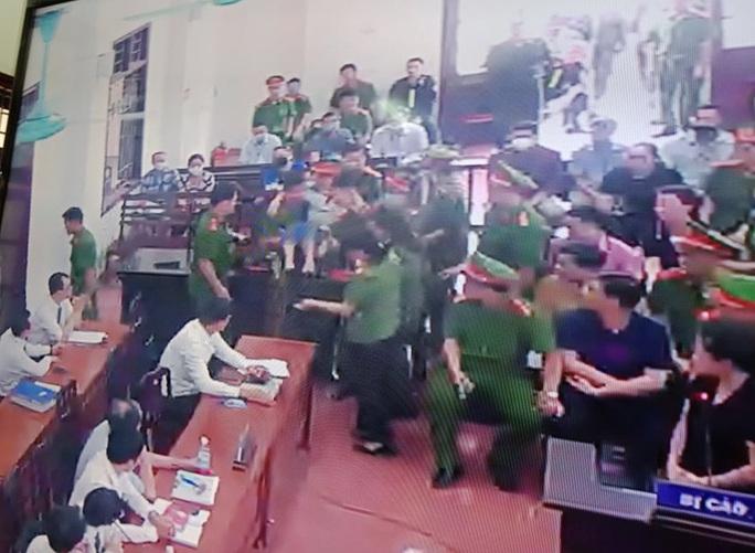 Nữ giáo viên nói câu biết chấm thi phải đi tù thì đã bỏ nghề ngất tại tòa - Ảnh 1.