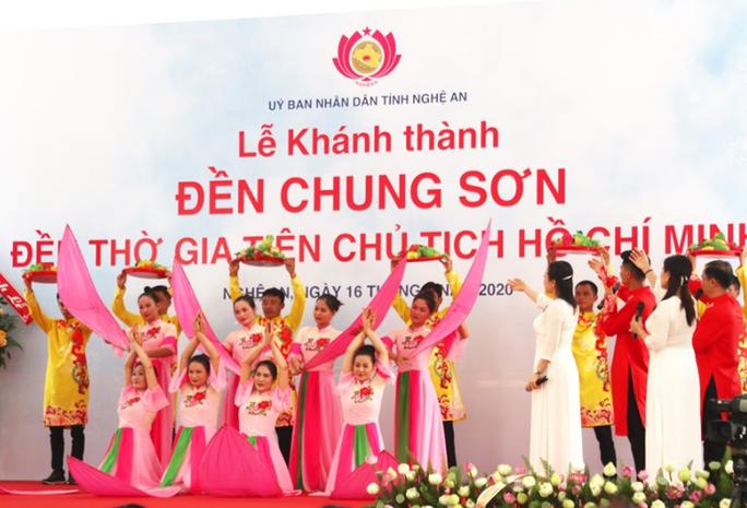 CLIP: Hàng ngàn người về làng Sen dịp kỉ niệm 130 năm ngày sinh Bác Hồ - Ảnh 12.