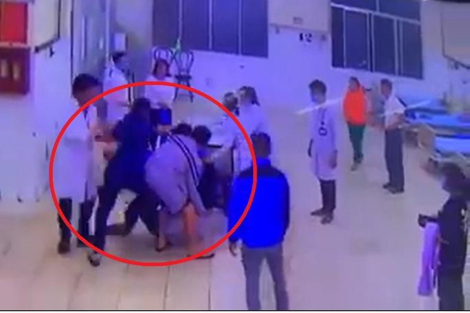 Lâm Đồng: Cha cùng con đánh bảo vệ và điều dưỡng bệnh viện - Ảnh 3.