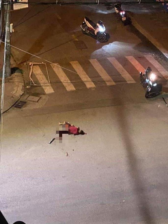 Kinh hoàng cảnh chém nhau, một thanh niên rớt cánh tay rồi tử vong - Ảnh 2.