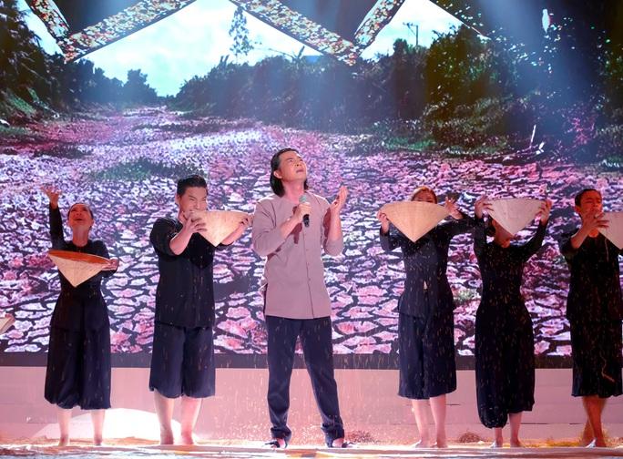 Diễn viên Quách Ngọc Ngoan nhận cơn mưa lời khen khi đi hát - Ảnh 1.