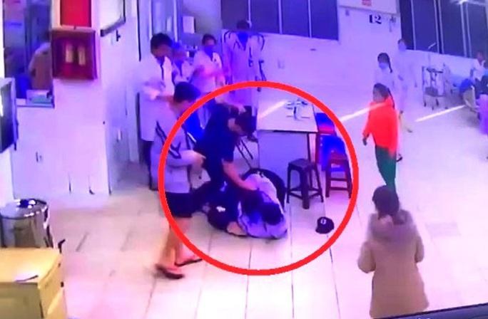 Lâm Đồng: Cha cùng con đánh bảo vệ và điều dưỡng bệnh viện - Ảnh 2.