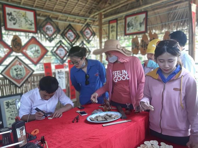 CLIP: Hàng ngàn người về làng Sen dịp kỉ niệm 130 năm ngày sinh Bác Hồ - Ảnh 10.