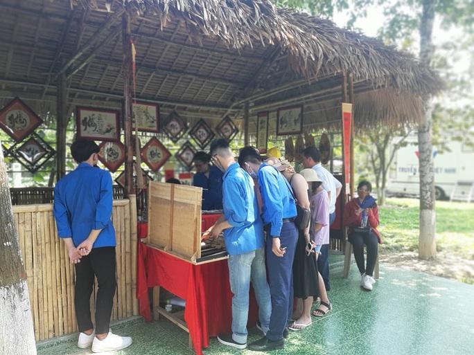 CLIP: Hàng ngàn người về làng Sen dịp kỉ niệm 130 năm ngày sinh Bác Hồ - Ảnh 9.