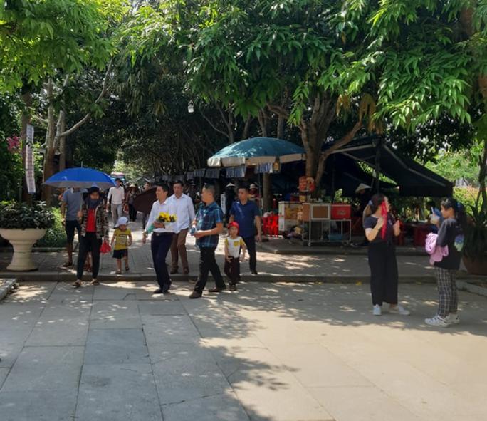 CLIP: Hàng ngàn người về làng Sen dịp kỉ niệm 130 năm ngày sinh Bác Hồ - Ảnh 5.