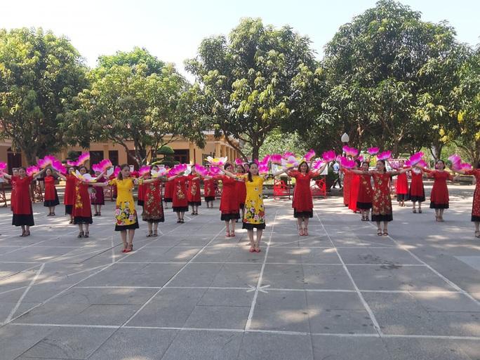 CLIP: Hàng ngàn người về làng Sen dịp kỉ niệm 130 năm ngày sinh Bác Hồ - Ảnh 11.