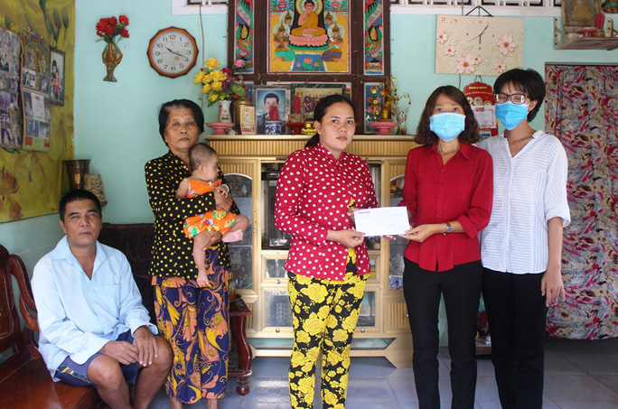 Gần 13 triệu đồng đến với gia đình người đàn ông Khmer nghèo bị nổ đầu đạn - Ảnh 2.