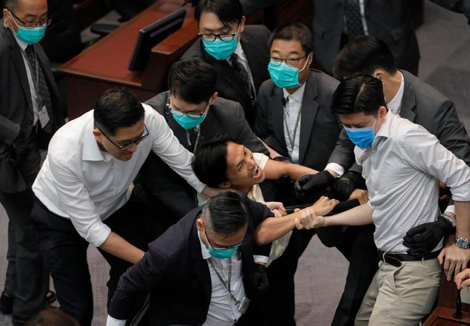 Hồng Kông: Các nghị sĩ ẩu đả như ngoài chợ - Ảnh 3.
