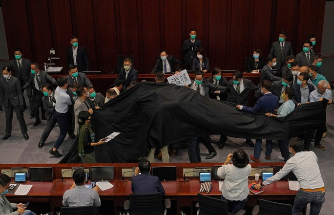 Hồng Kông: Các nghị sĩ ẩu đả như ngoài chợ - Ảnh 1.