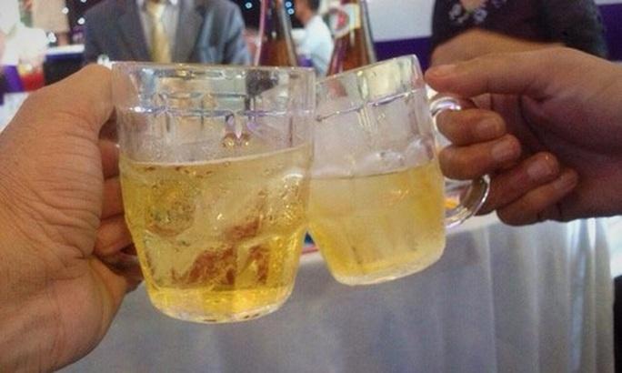 Đâm chai bia vào mặt bạn nhậu vì bị ép phải bắt tay - Ảnh 1.