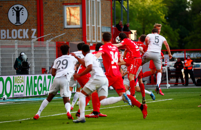 Lewandowski chạm mốc 40 bàn thắng, Bayern Munich dẫn đầu Bundesliga - Ảnh 6.