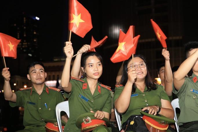 Thủ tướng dự Cầu truyền hình Hồ Chí Minh, sáng ngời ý chí Việt Nam tại TP HCM - Ảnh 2.