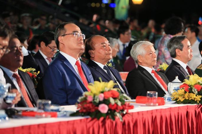 Thủ tướng dự Cầu truyền hình Hồ Chí Minh, sáng ngời ý chí Việt Nam tại TP HCM - Ảnh 1.
