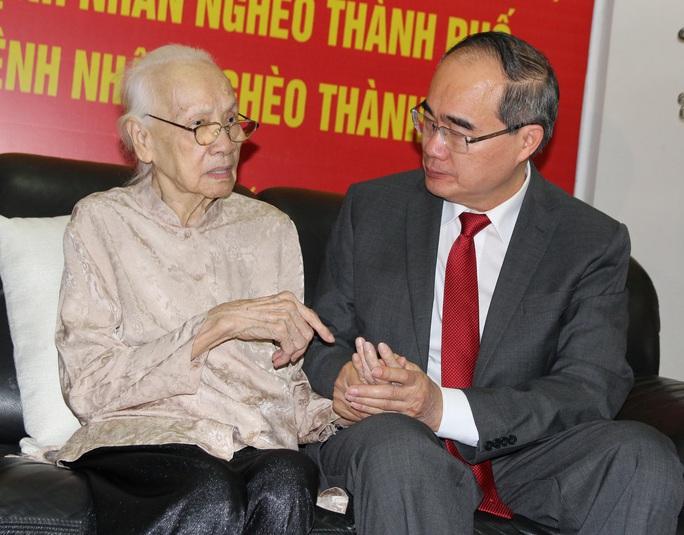 Bí thư Nguyễn Thiện Nhân trao huy hiệu 85 năm tuổi Đảng cho bà Ngô Thị Huệ - Ảnh 1.