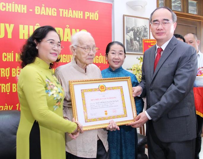 Bí thư Nguyễn Thiện Nhân trao huy hiệu 85 năm tuổi Đảng cho bà Ngô Thị Huệ - Ảnh 2.