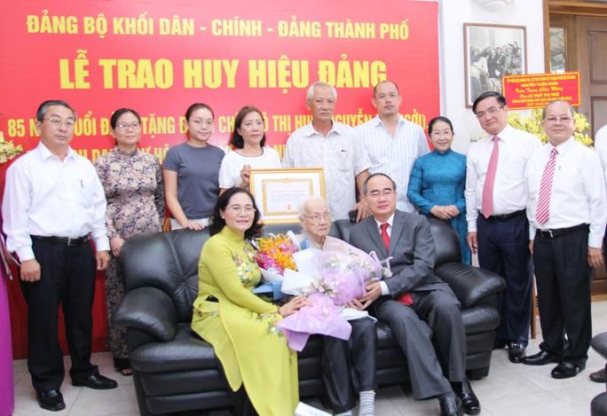 Bí thư Nguyễn Thiện Nhân trao huy hiệu 85 năm tuổi Đảng cho bà Ngô Thị Huệ - Ảnh 3.