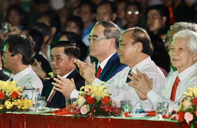 Thủ tướng dự Cầu truyền hình Hồ Chí Minh, sáng ngời ý chí Việt Nam tại TP HCM - Ảnh 6.