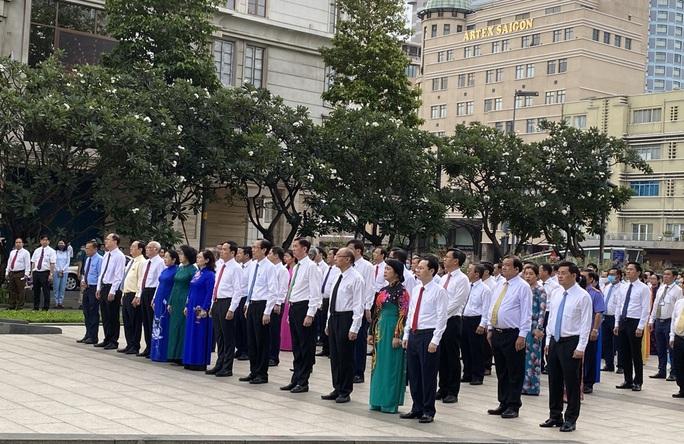 Lãnh đạo TP HCM chào cờ kỷ niệm 130 năm Ngày sinh Chủ tịch Hồ Chí Minh - Ảnh 2.