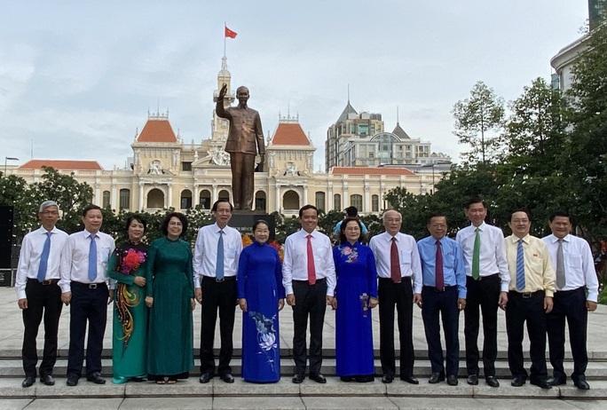 Lãnh đạo TP HCM chào cờ kỷ niệm 130 năm Ngày sinh Chủ tịch Hồ Chí Minh - Ảnh 3.