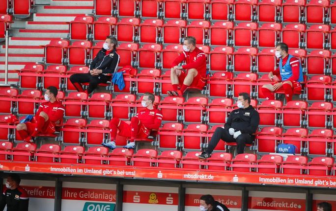 Lewandowski chạm mốc 40 bàn thắng, Bayern Munich dẫn đầu Bundesliga - Ảnh 4.