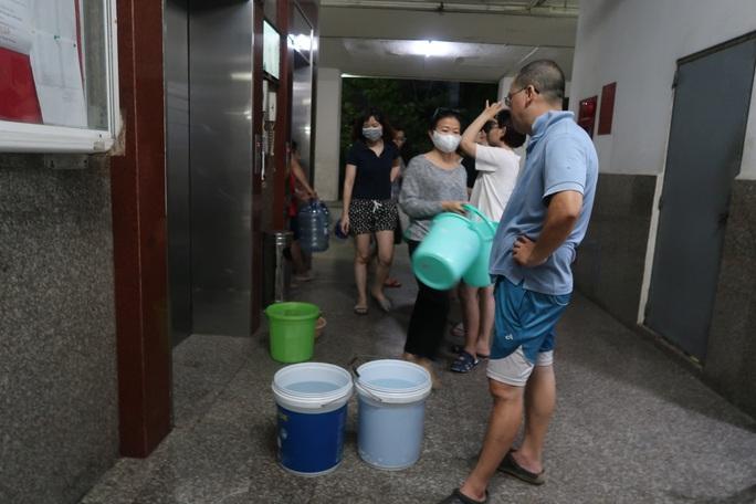 CLIP: Gần 2.000 người ở chung cư Thái An 3 & 4 khổ sở vì cúp nước cả ngày - Ảnh 2.