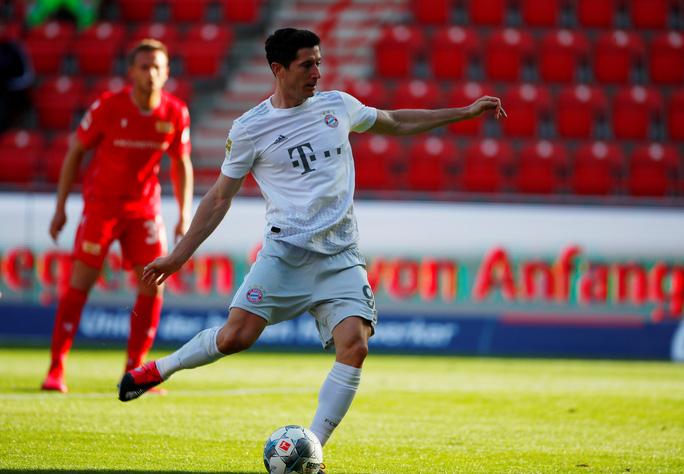 Lewandowski chạm mốc 40 bàn thắng, Bayern Munich dẫn đầu Bundesliga - Ảnh 3.